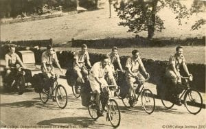Cliff College 'Joyful News' students on trek in the 1930s.